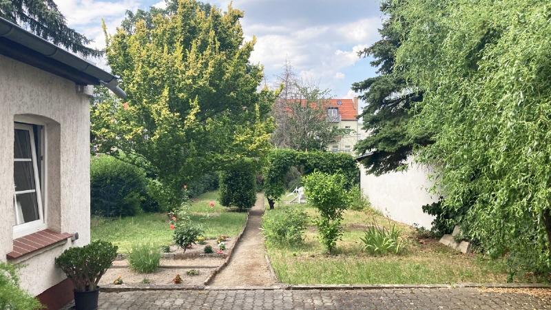 Hofbereich mit Remise und Garten
