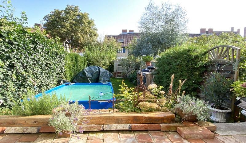 Blick von der Terrasse in den Gartenbereich