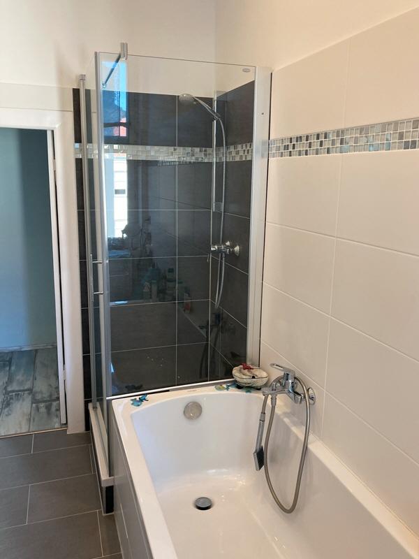 Badezimmer (Blick zur Dusche)